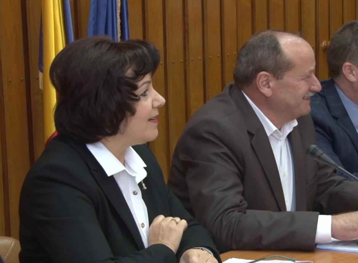 PESTA PORCINĂ APROAPE, AUTORITĂȚILE LINIȘTITE