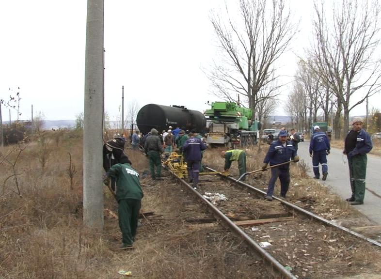 Trenul deraiat cu păcură, repus pe șine!