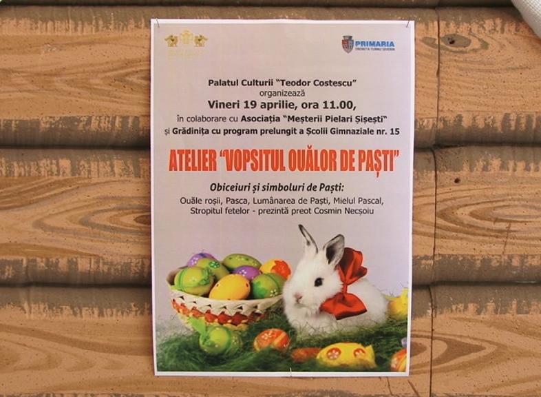 """ATELIER """"VOPSITUL OUĂLOR DE PAŞTI"""" ,un preot înroşeşte ouă"""