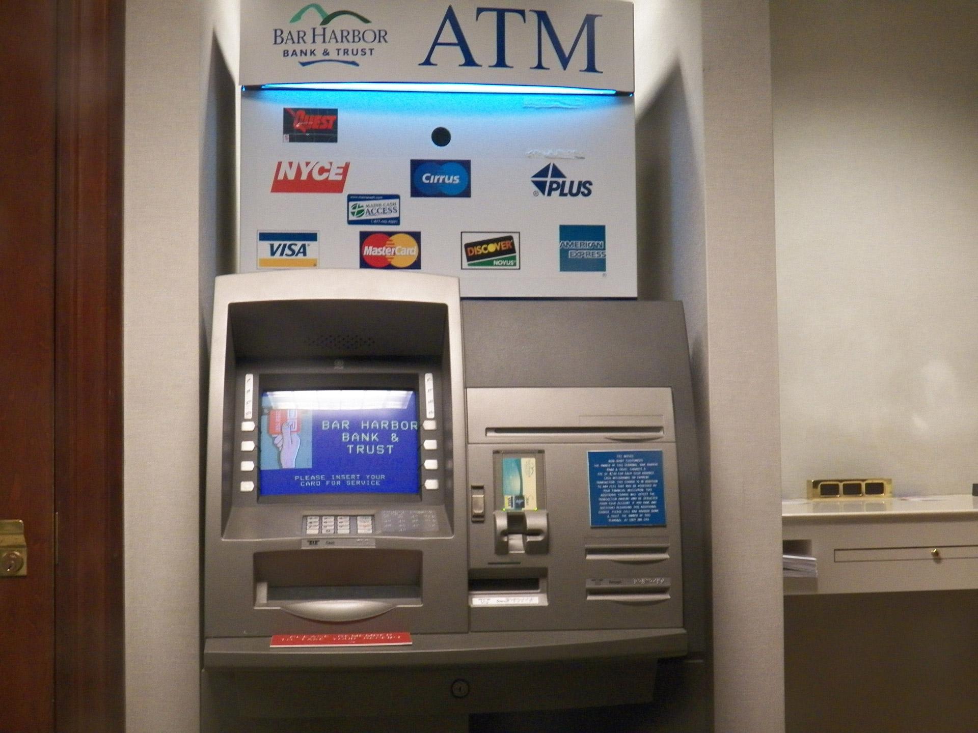 Doi cetățeni bulgari , bănuiți de skimming, depistați în flagrant delict la un ATM din Drobeta Turnu Severin