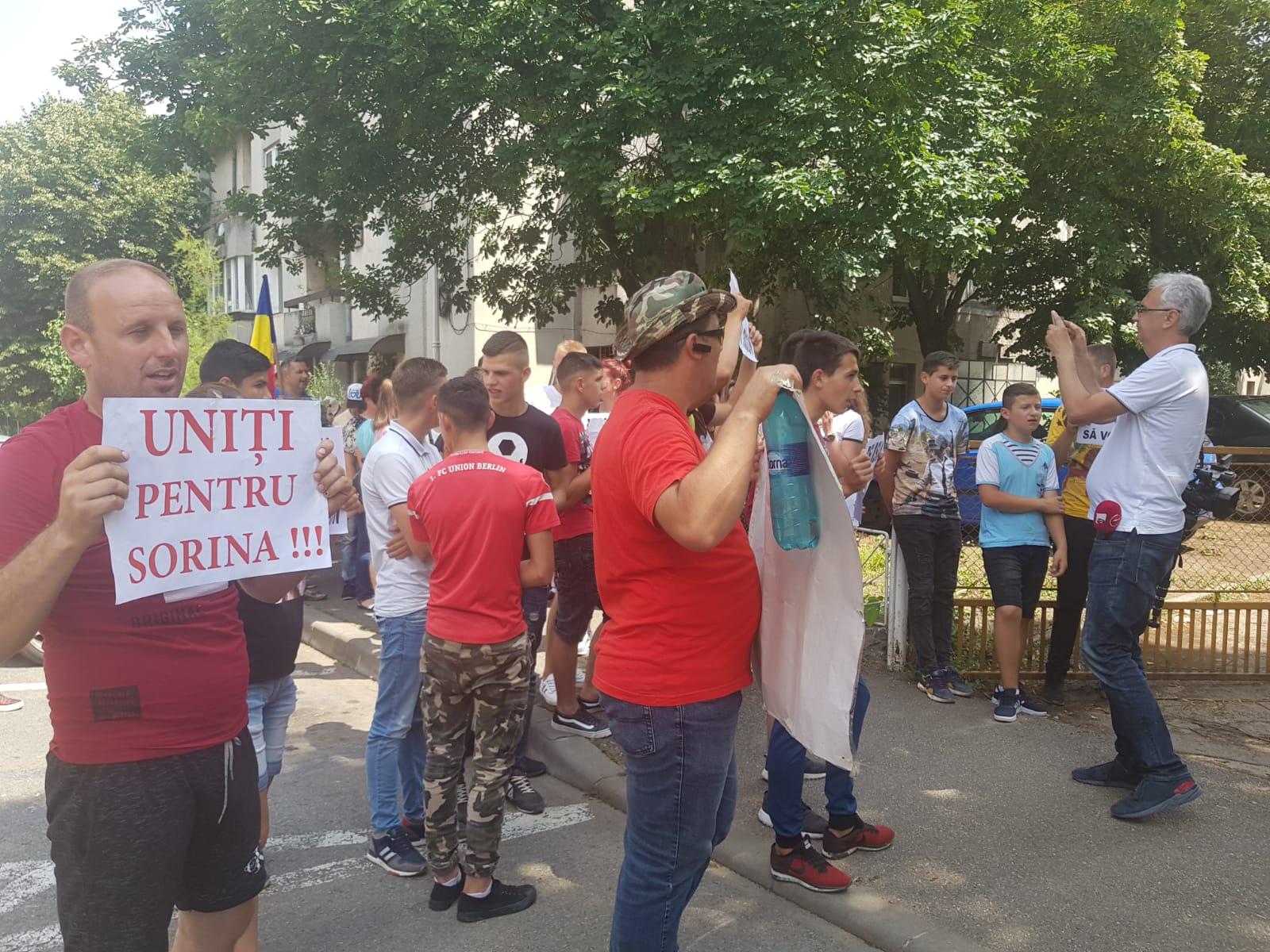 Cazul Sorina: Protestatarii sunt , în acest moment, în parcul din fața Prefecturii