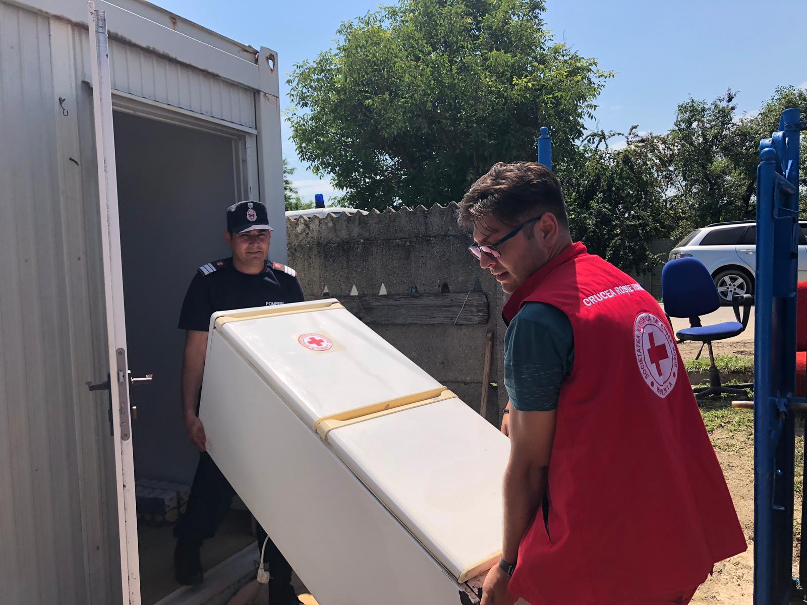Pompierii mehedinţeni alături de comunitățile afectate de inundații