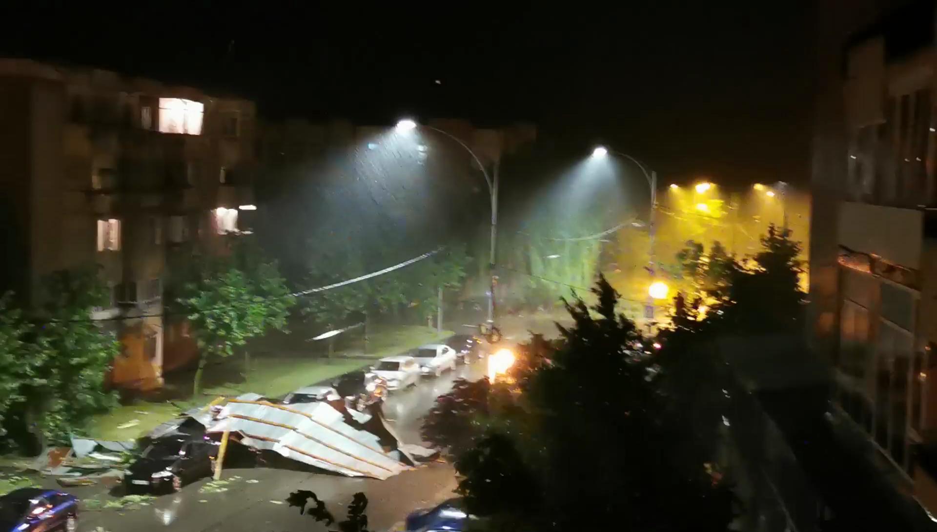 Cod roşu de furtuni în județul Mehedinți. Patru persoane au fost rănite, mai multe acoperişuri au fost luate de vânt